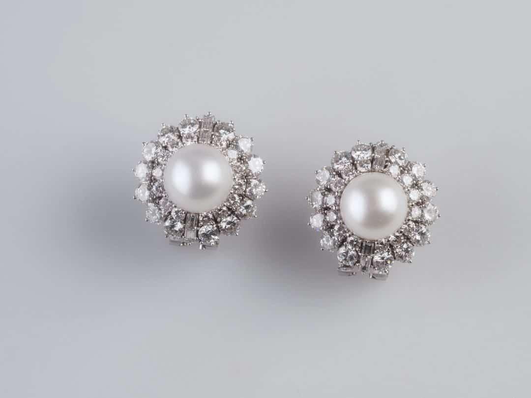 Paio di orecchini in oro bianco 18kt con perle e diamanti