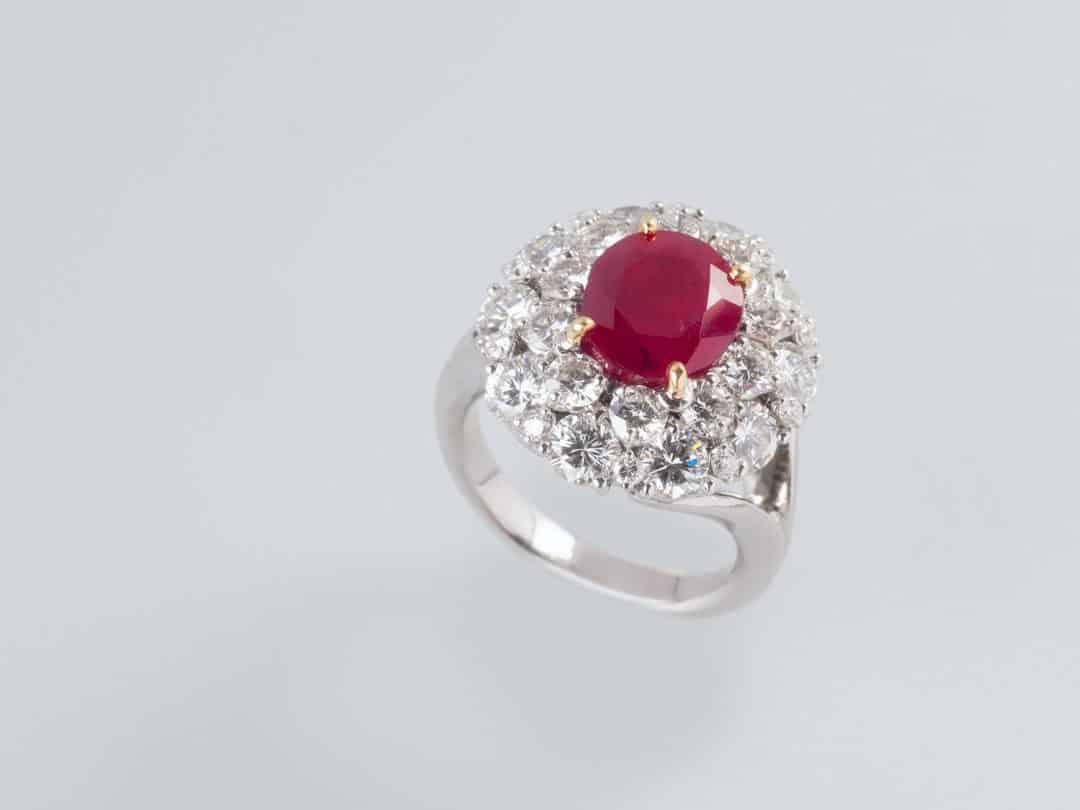 Anello in oro bianco 18kt con rubino centrale e pavè di diamanti