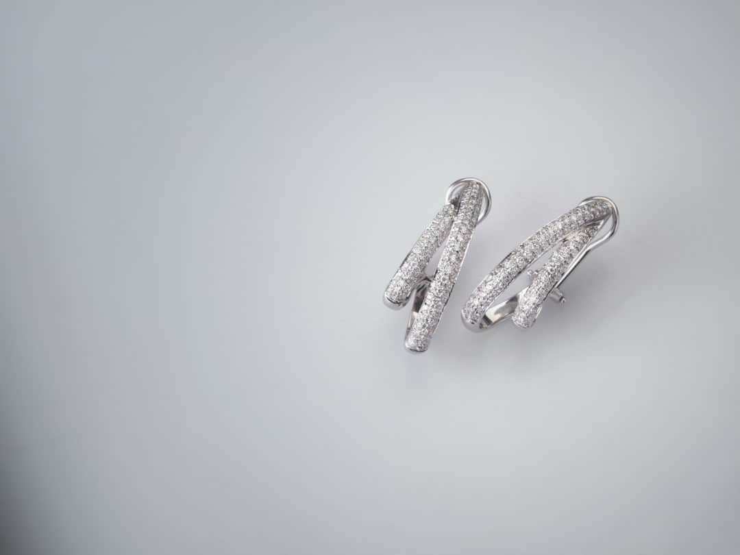 Paio di orecchini in oro bianco con diamanti