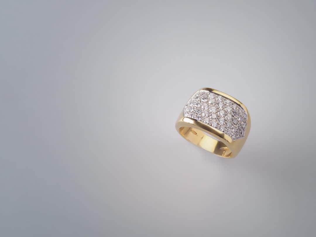 Anello in oro giallo 18kt con pavè di diamanti