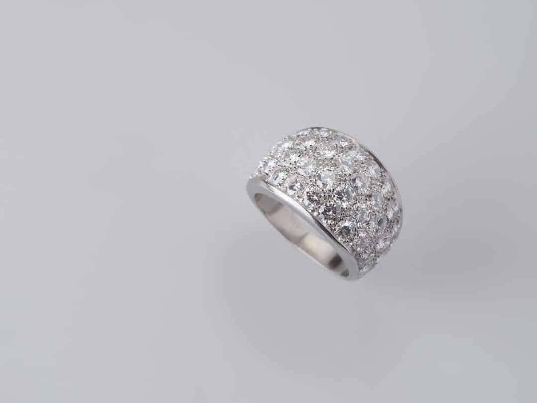 Anello in oro bianco con pavè di diamanti