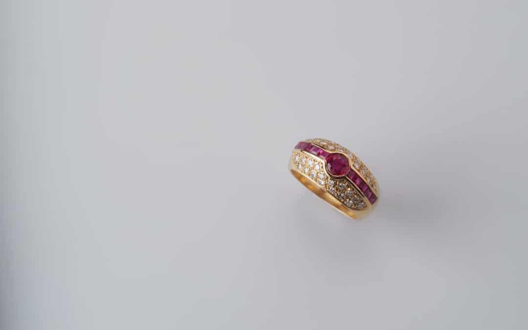 Anello in oro giallo con rubini e diamanti