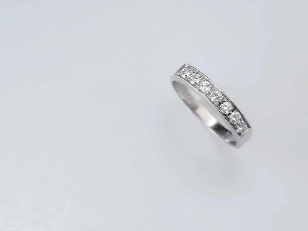 Anello in oro bianco 18kt con sette diamanti