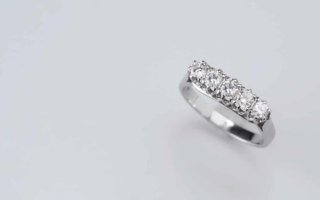 Anello in oro con cinque diamanti