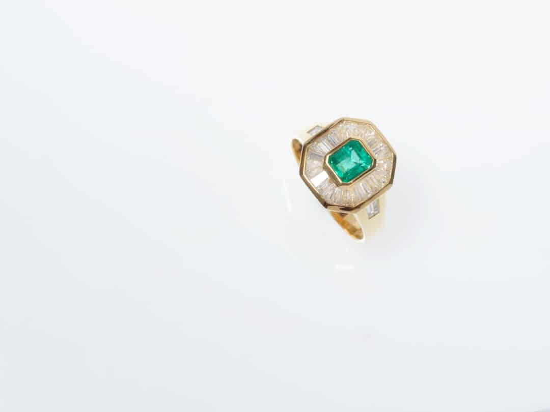 Anello in oro con smeraldo e diamanti